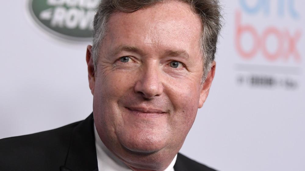 Piers Morgan posando en la alfombra roja