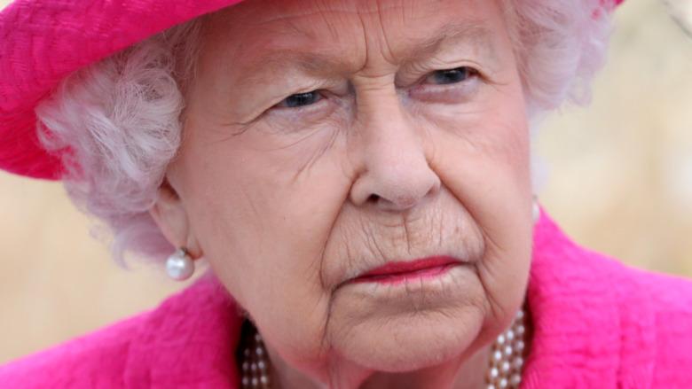 La reina Isabel se ve seria