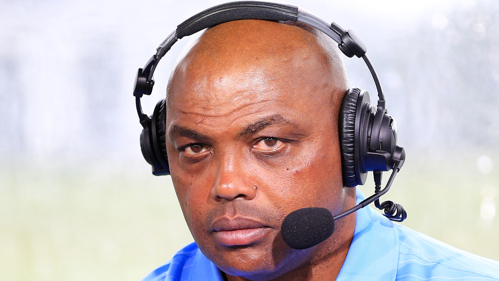 Charles Barkley comenta desde el stand durante The Match: Champions For Charity en Medalist Golf Club