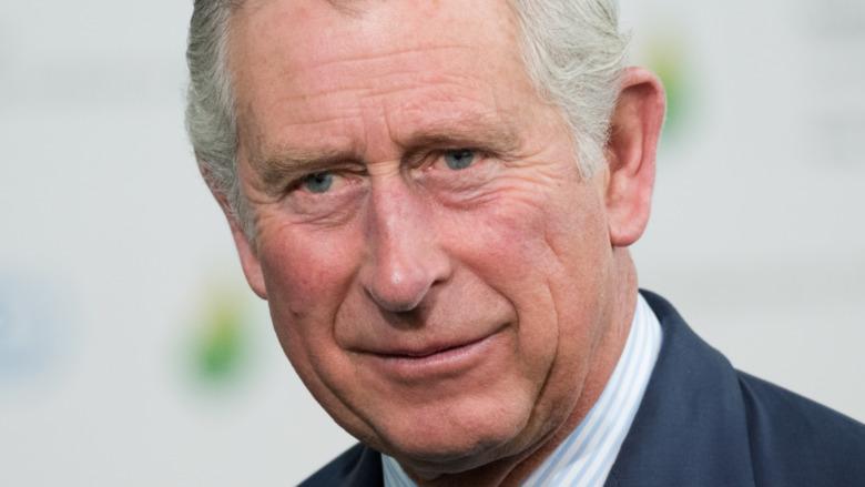 Príncipe Carlos mirando