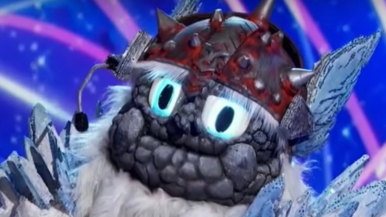 El Yeti del cantante enmascarado en el escenario durante la competencia