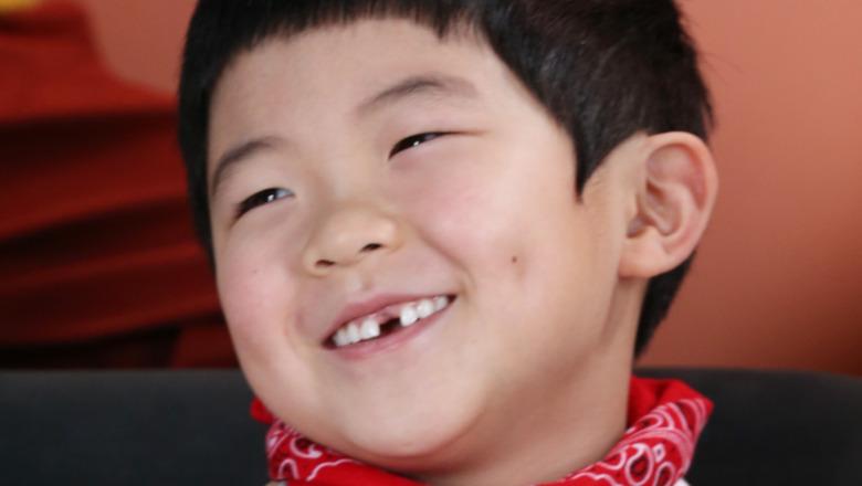 Alan Kim sonriendo
