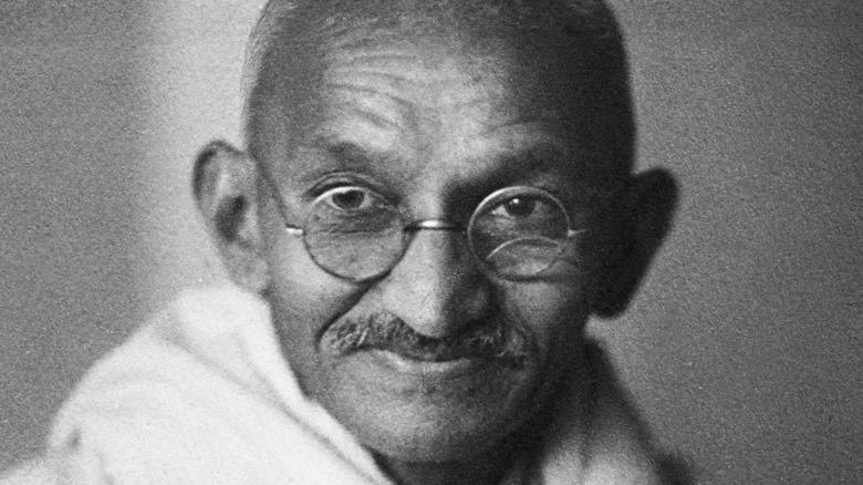 Mahatma Gandhi mirando