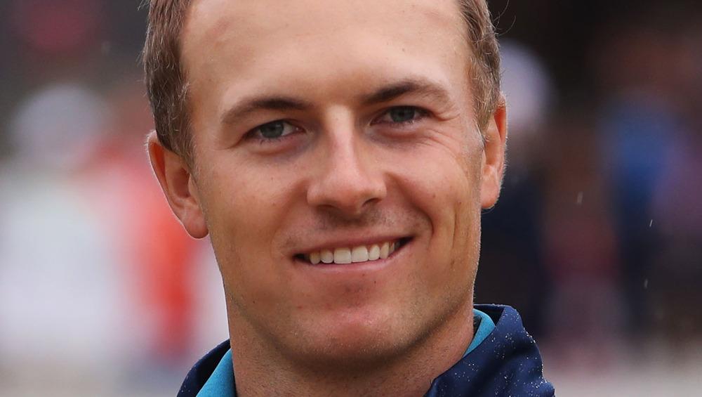 Jordan Spieth sonriendo en un evento de golf