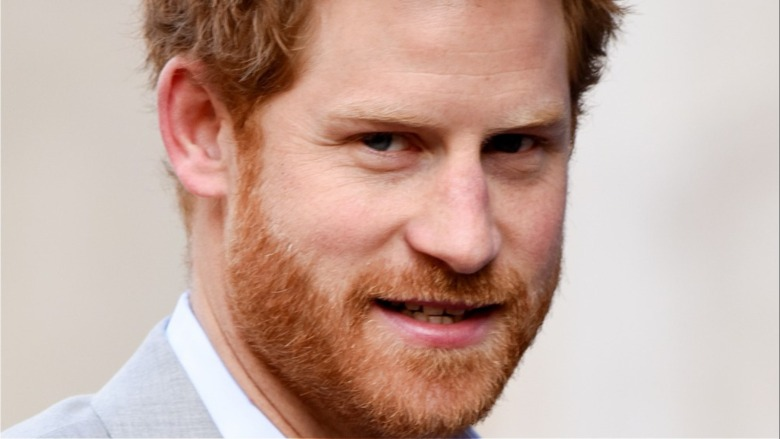 Príncipe Harry mostrando los dientes