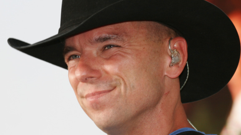 Kenny Chesney posa