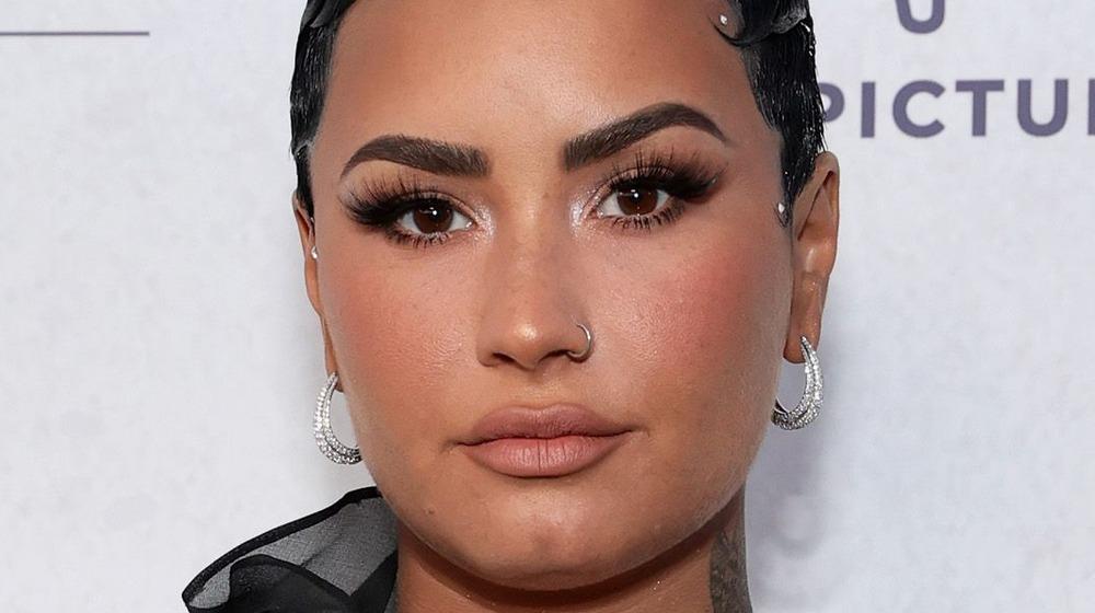 Demi Lovato mirando a la cámara