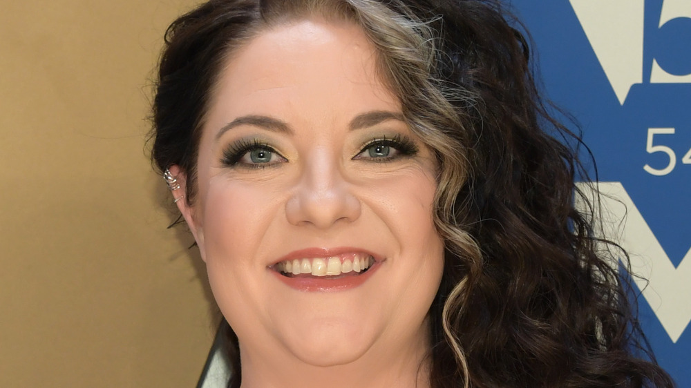 Ashley McBryde sonriendo