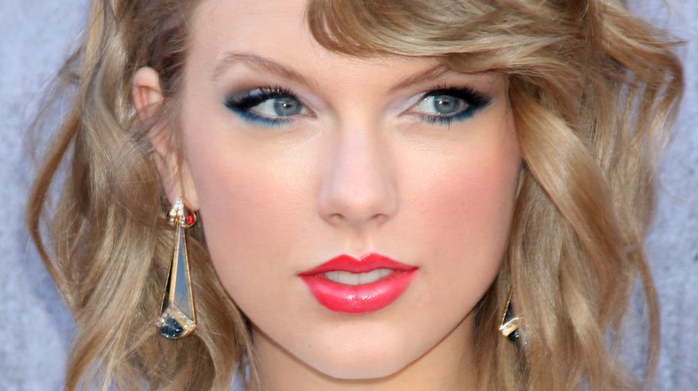 Taylor Swift sonriendo levemente