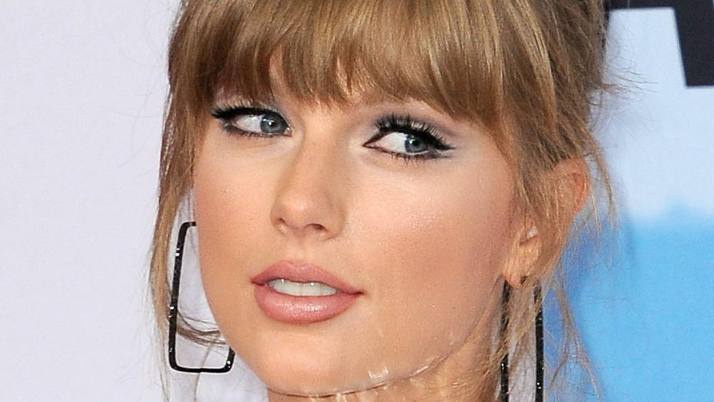 Taylor Swift posando
