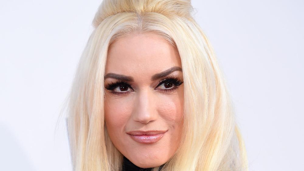 Gwen Stefani sonriendo mirando a la derecha