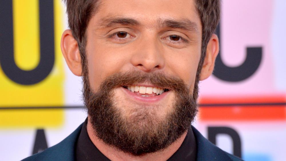 Thomas Rhett con barba completa, sonriendo