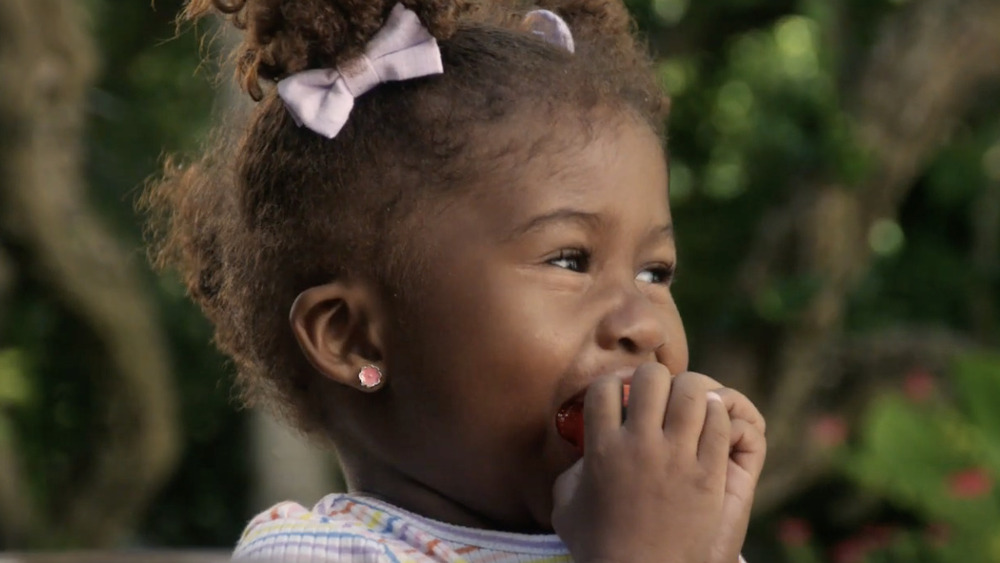Niña comiendo una manzana