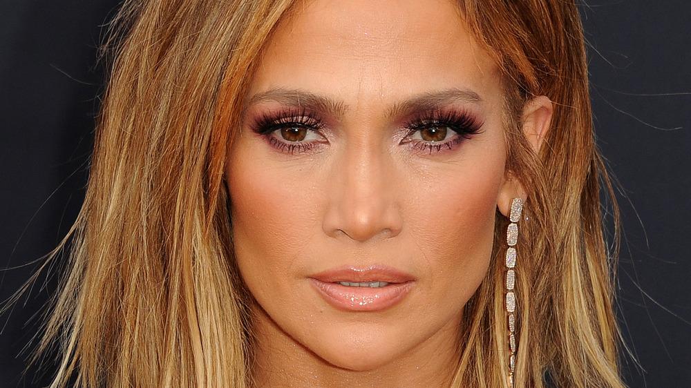 Jennifer Lopez con expresión seria