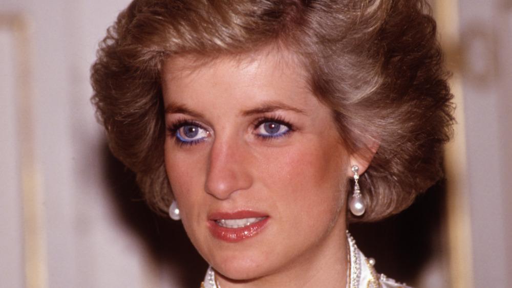 La princesa Diana reacciona durante un compromiso público en la década de 1990
