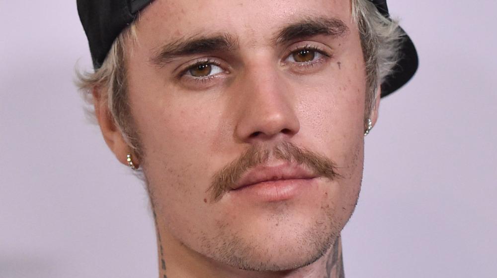 Justin Bieber mirando a la cámara