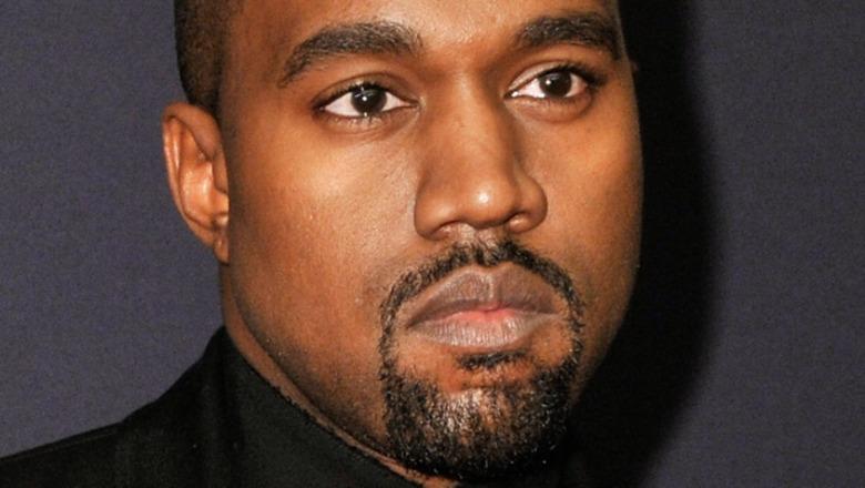 Kanye West mirando
