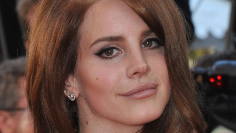Lana Del Rey mirando al frente