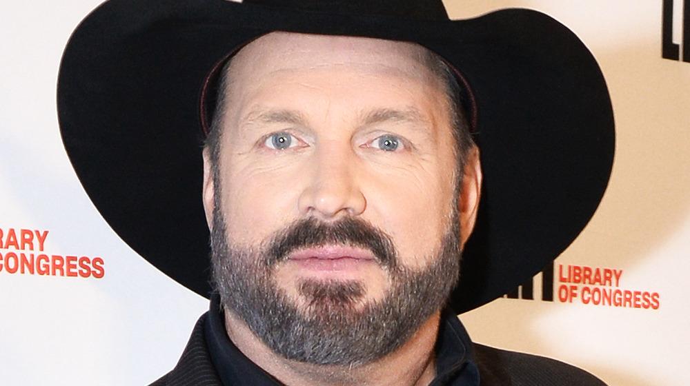 Garth Brooks posa con un sombrero de vaquero negro