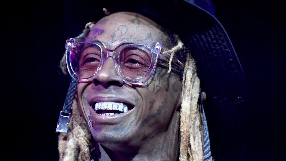 Lil Wayne sonriendo en el escenario