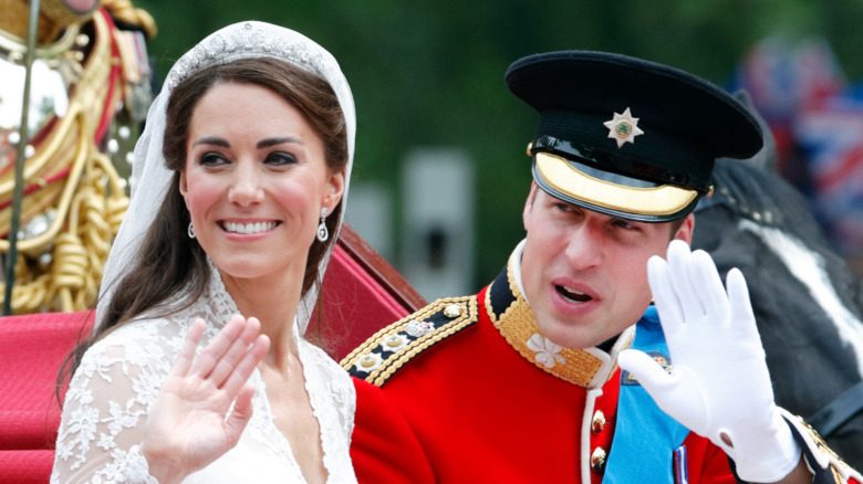 Kate Middleton y el príncipe William saludando el día de su boda