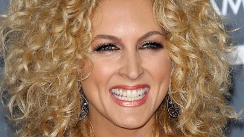 Kimberly Schlapman sonriendo en los premios Grammy 2013