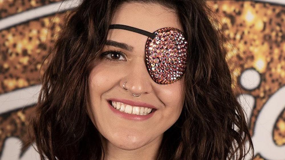 Andrea Valles con un parche en el ojo