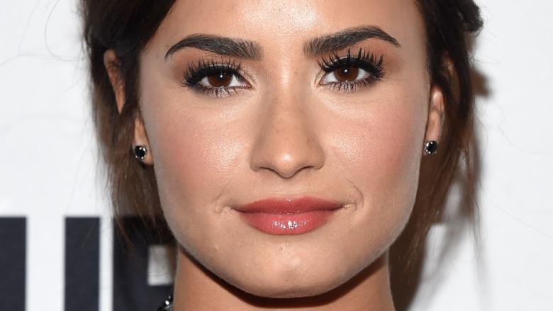Demi Lovato con una leve sonrisa