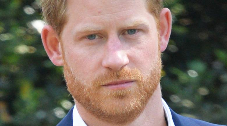 El Príncipe Harry mirando con una expresión seria.