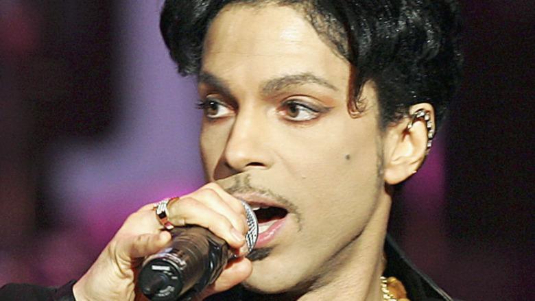 Prince actúa en el escenario en 2005