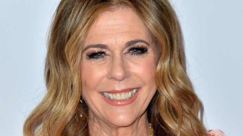 Rita Wilson sonriendo