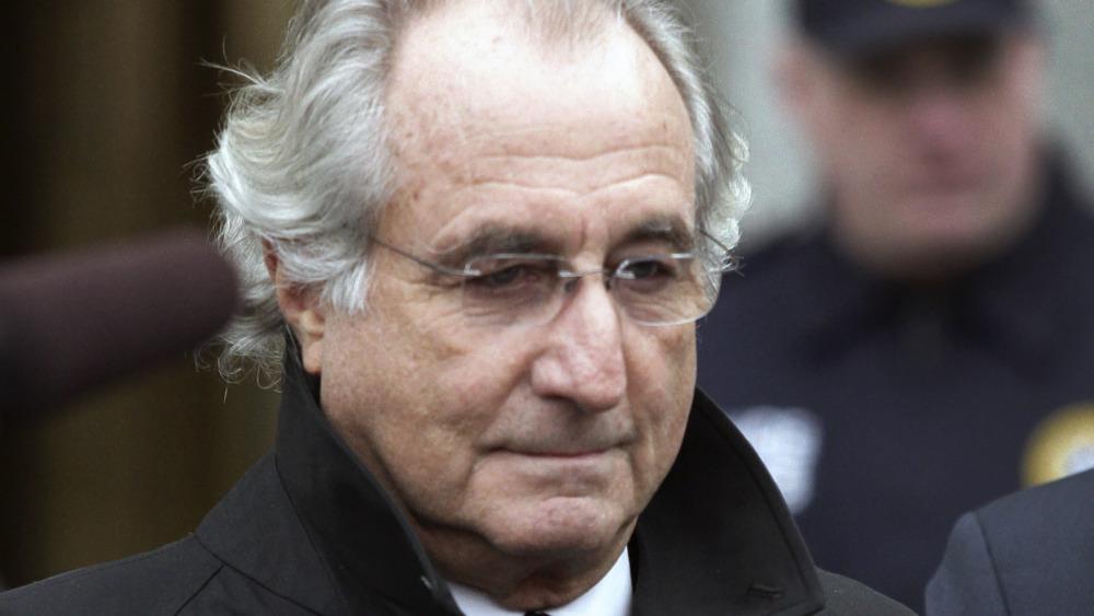 Bernie Madoff saliendo de la corte