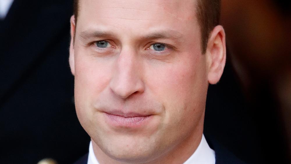 El príncipe William mirando con expresión seria.