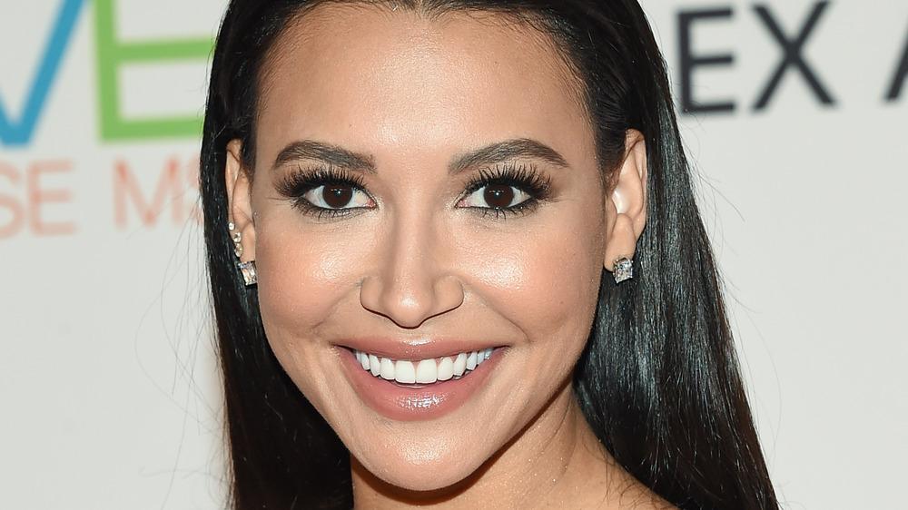 Naya Rivera sonriendo para cámaras con aretes de diamantes