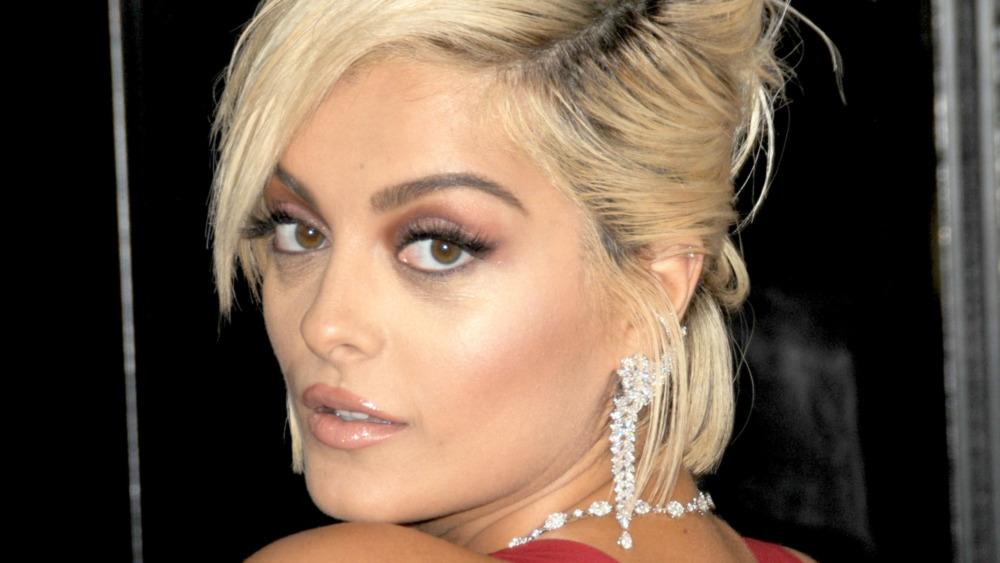 Bebe Rexha mirando por encima del hombro en la alfombra roja de los premios Grammy