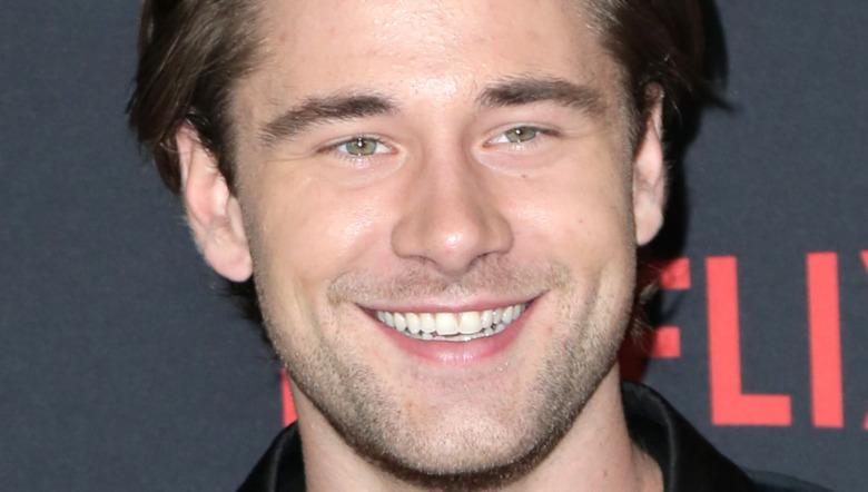 Luke Benward sonriendo
