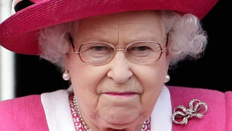 La reina Isabel II observa una carrera de caballos