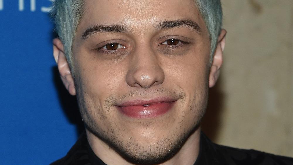 Pete Davidson cabello azul