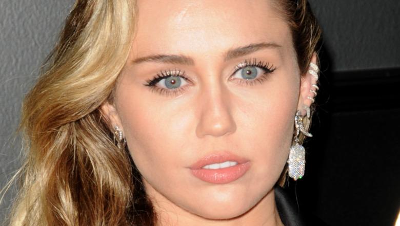 Miley Cyrus con expresión seria