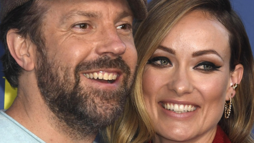 Jason Sudeikis y Olivia Wilde sonriendo
