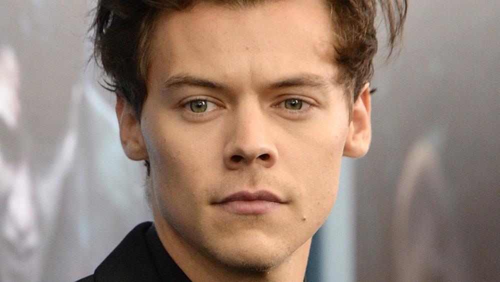 Harry Styles le da una mirada seria.