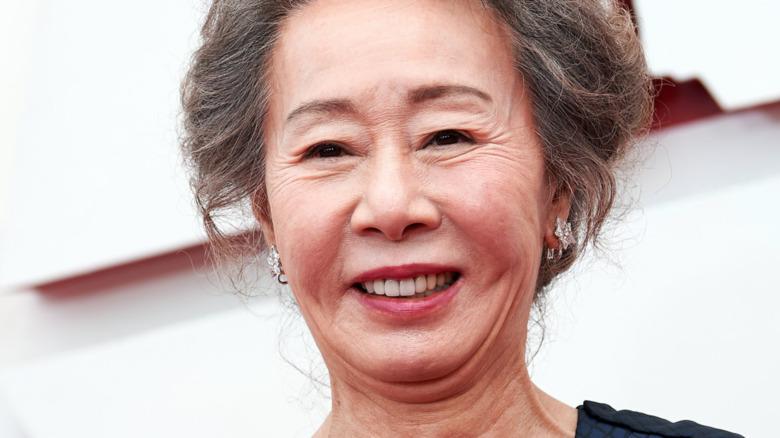 Yuh-Jung Youn sonriendo