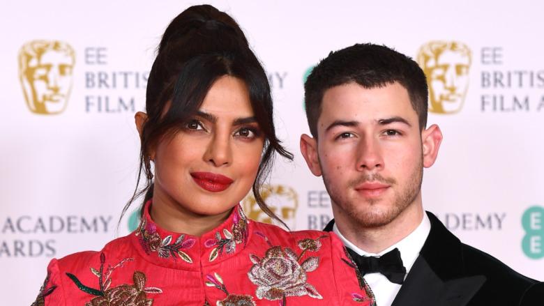Nick Jonas y Priyanka Chopra sonríen