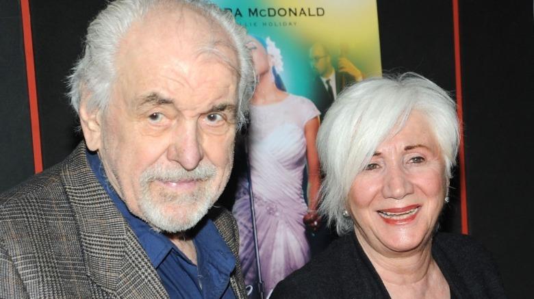 Louis Zorich (L) y la actriz Olympia Dukakis asisten