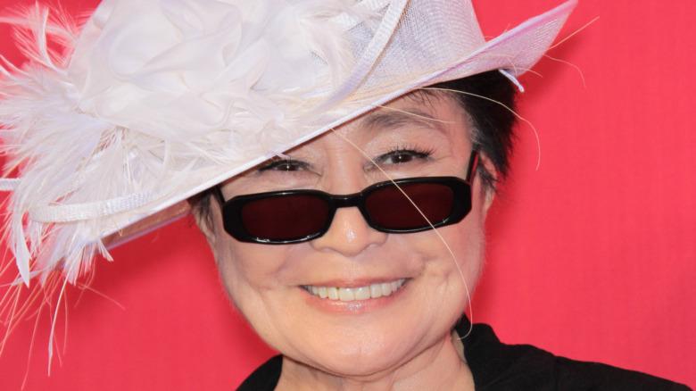 Yoko Ono sonriendo