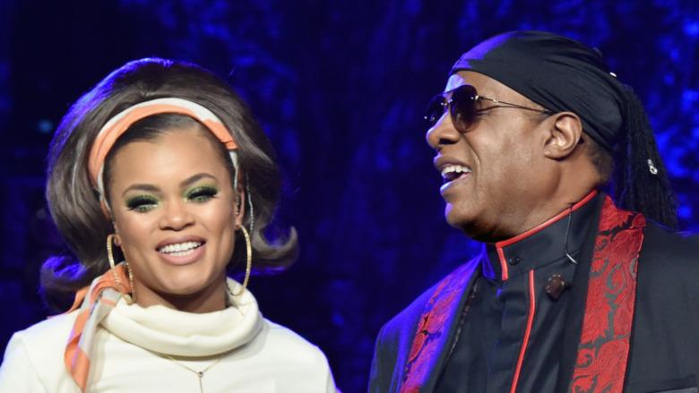 Andra Day y Stevie Wonder actúan en el escenario