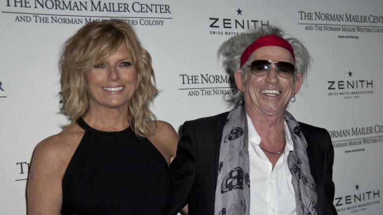 Keith Richards y Patti Hansen posan uno al lado del otro