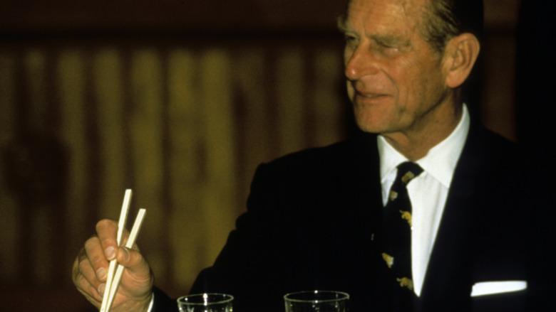 Príncipe Felipe con palillos