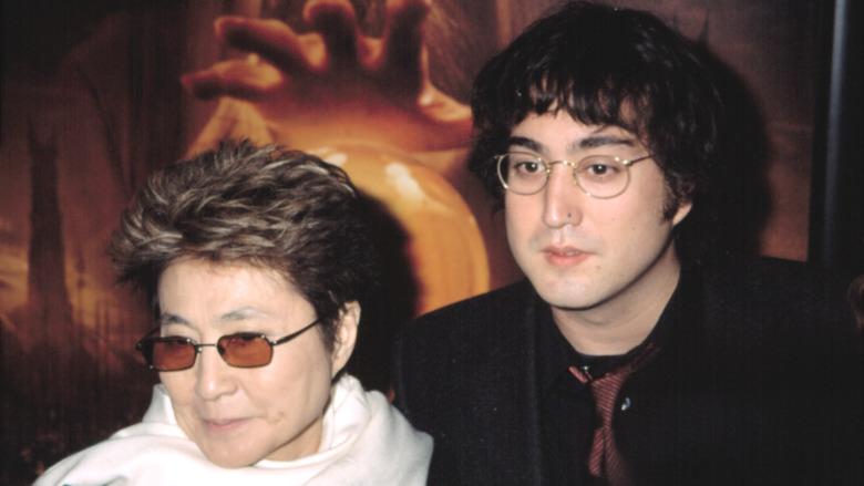 Yoko Ono sonriendo junto a Sean Lennon