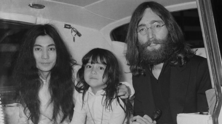 Yoko Ono, Kyoko Chan Cox de niña y John Lennon sentados juntos posando para la cámara